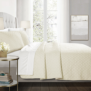 Ava Diamond Ivory Oversized Full/Queen Three-Piece Quilt Set
